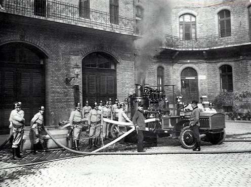 Gyakorlat gőzfecskendővel a Kun utcai laktanya udvarán, 1910 környékén