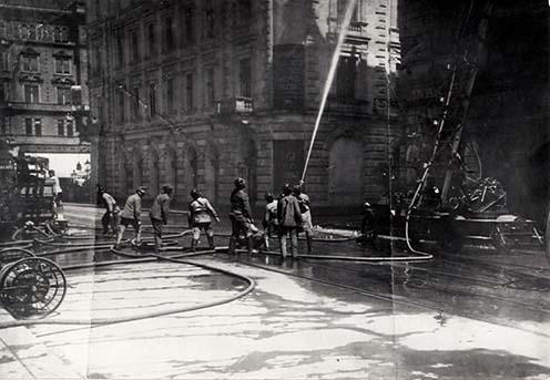 Tűzoltók és népfölkelő tűzoltók együttes beavatkozása egy tűzesetnél