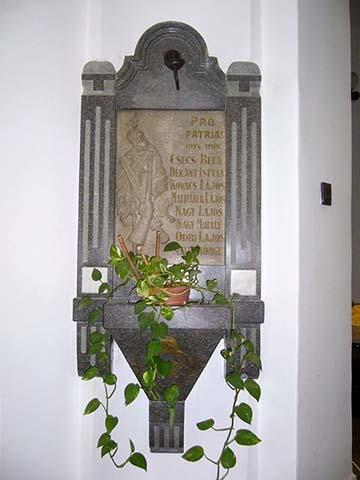 A szegedi tűzoltók emléktáblája, ma a Mentőállomás lépcsőházában található